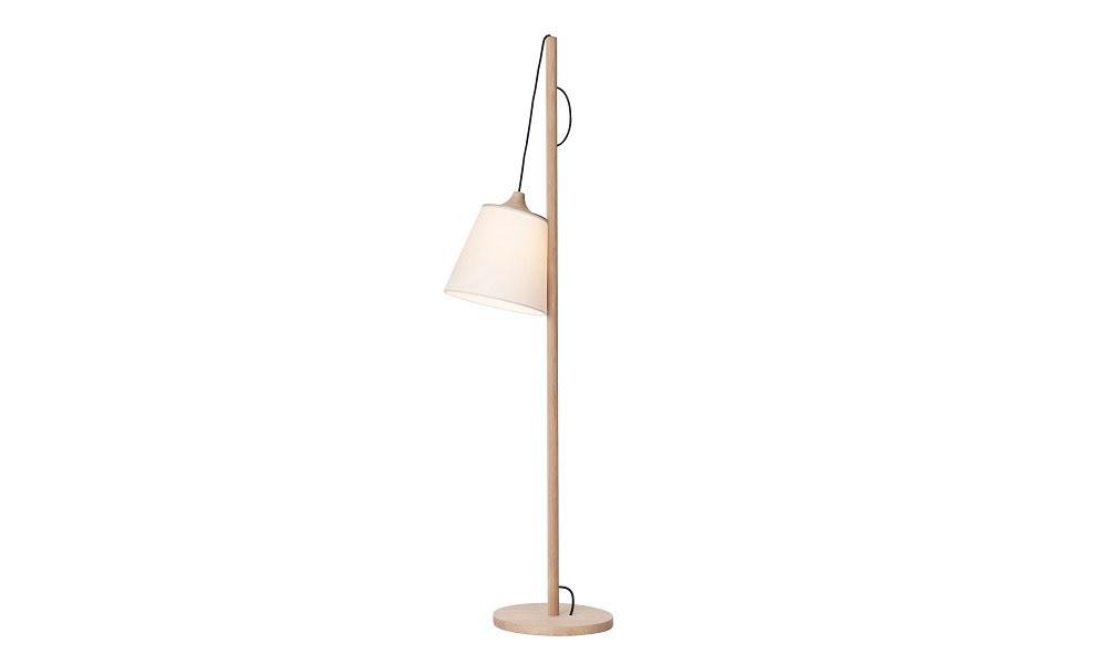 Pull golvlampa har en lekfull design och ett utförande i ek